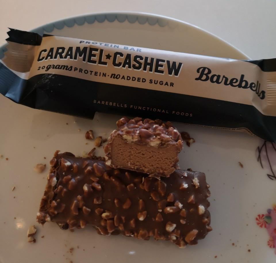 Op deze foto de smaak Caramel & Cashew van de barebells repen
