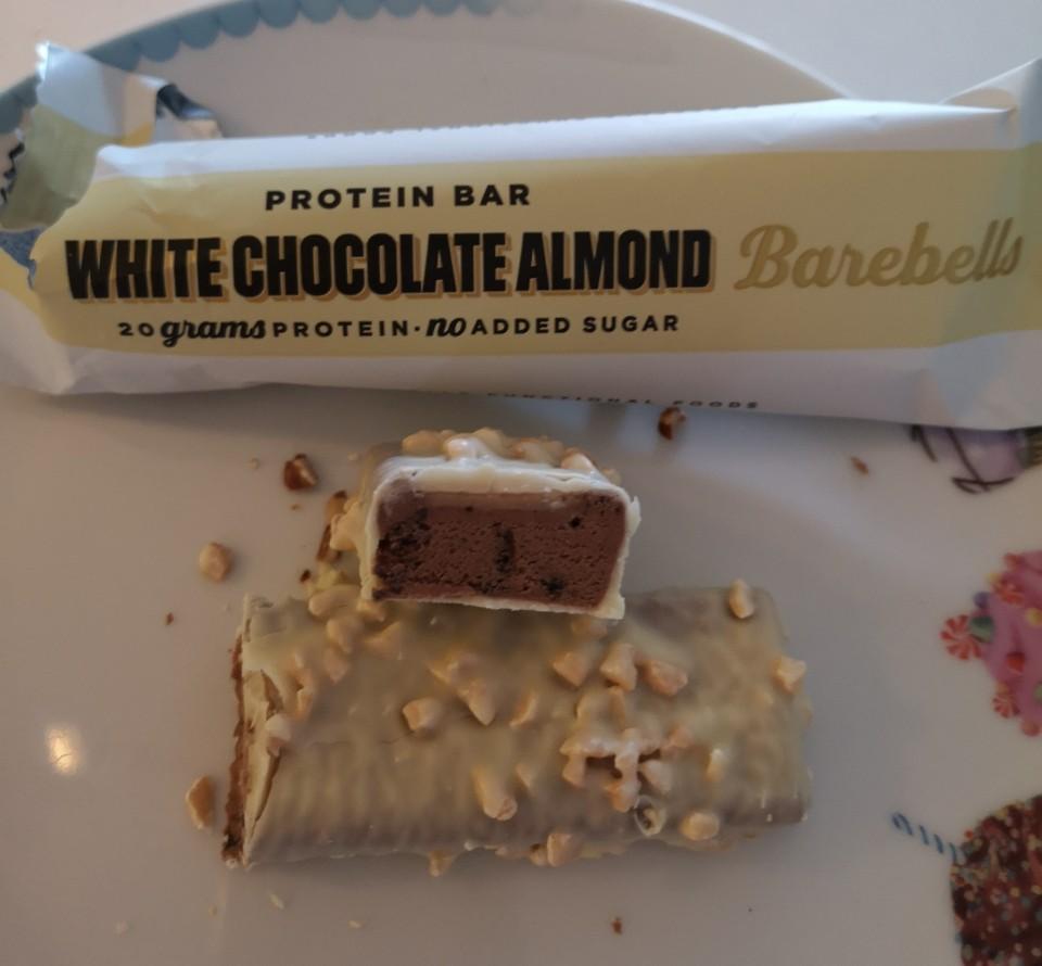 Op deze foto de smaak White Chocolate Almond van de barebells repen