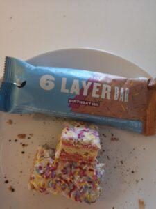 Op deze foto zie je de smaak Birthday Cake de 6 Layer bars