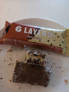 Op deze foto zie je de smaak Cookies and Cream van de 6 Layer bars