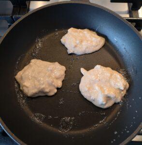 een foto waar 3 pancakes in de pan liggen