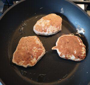 een foto van 3 pancakes in de pan die klaar zijn