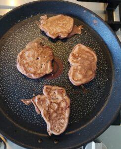 foto waar we de pancakes aan het bakken zijn