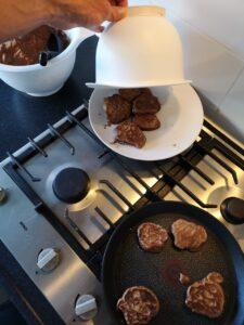 foto van pancakes en om ze warm te houden
