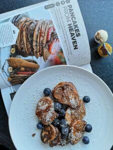 foto van pancakes die klaar zijn met boek