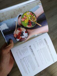foto van 2 smoothies uit een boek