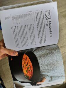 Boek met een recept van een stoofpot