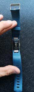 Op deze foto zie je de achterkant van de Fitbit Charge 2
