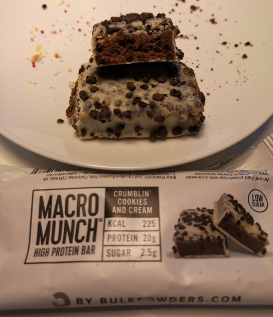 Op deze foto de smaak Crumblin Cookies and Cream van de Macro Munch Protein Bars