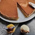 Recept: Bountytaart met dadels en walnoten