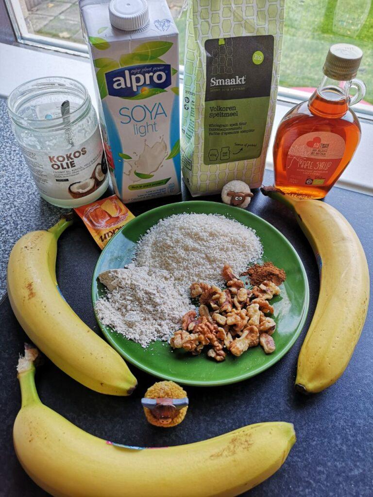 Op deze foto zie je de ingrediënten van de Vegan bananenbrood