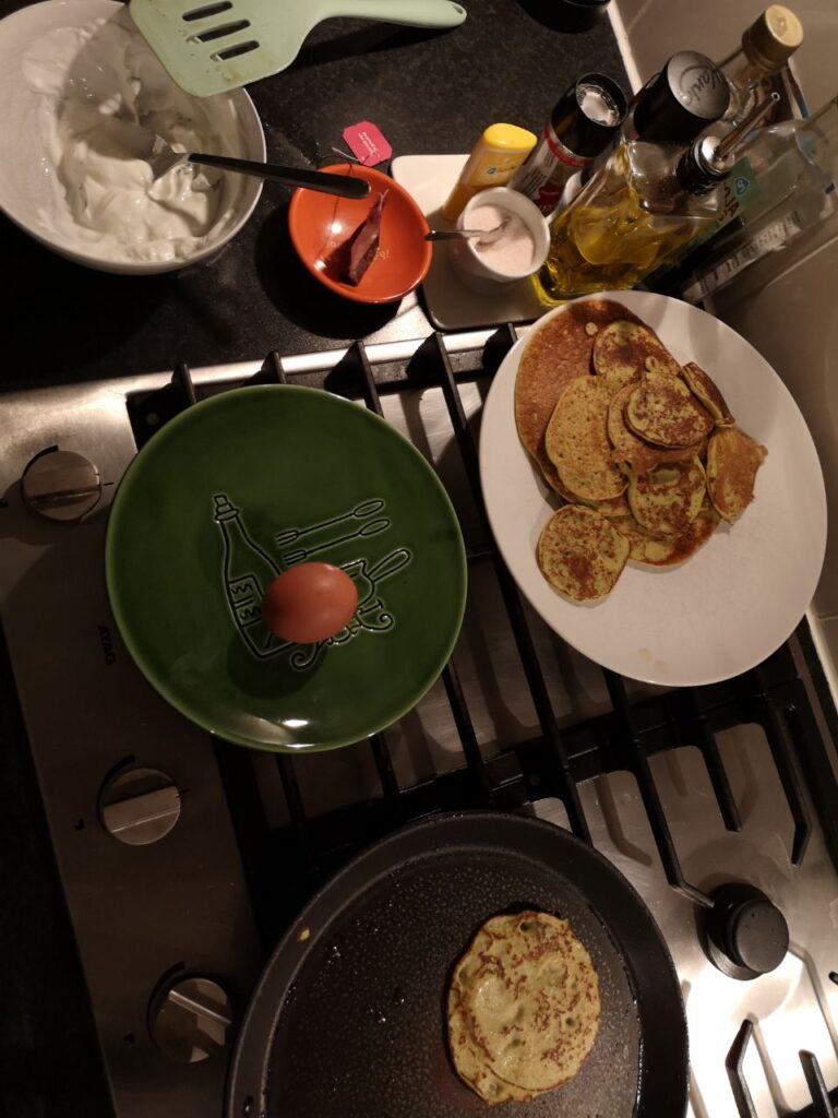 Op deze foto zie je hoe de Kikkererwten Pannenkoeken gebakken worden