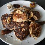 Recept: Bananenpancakes met walnoten en dadels
