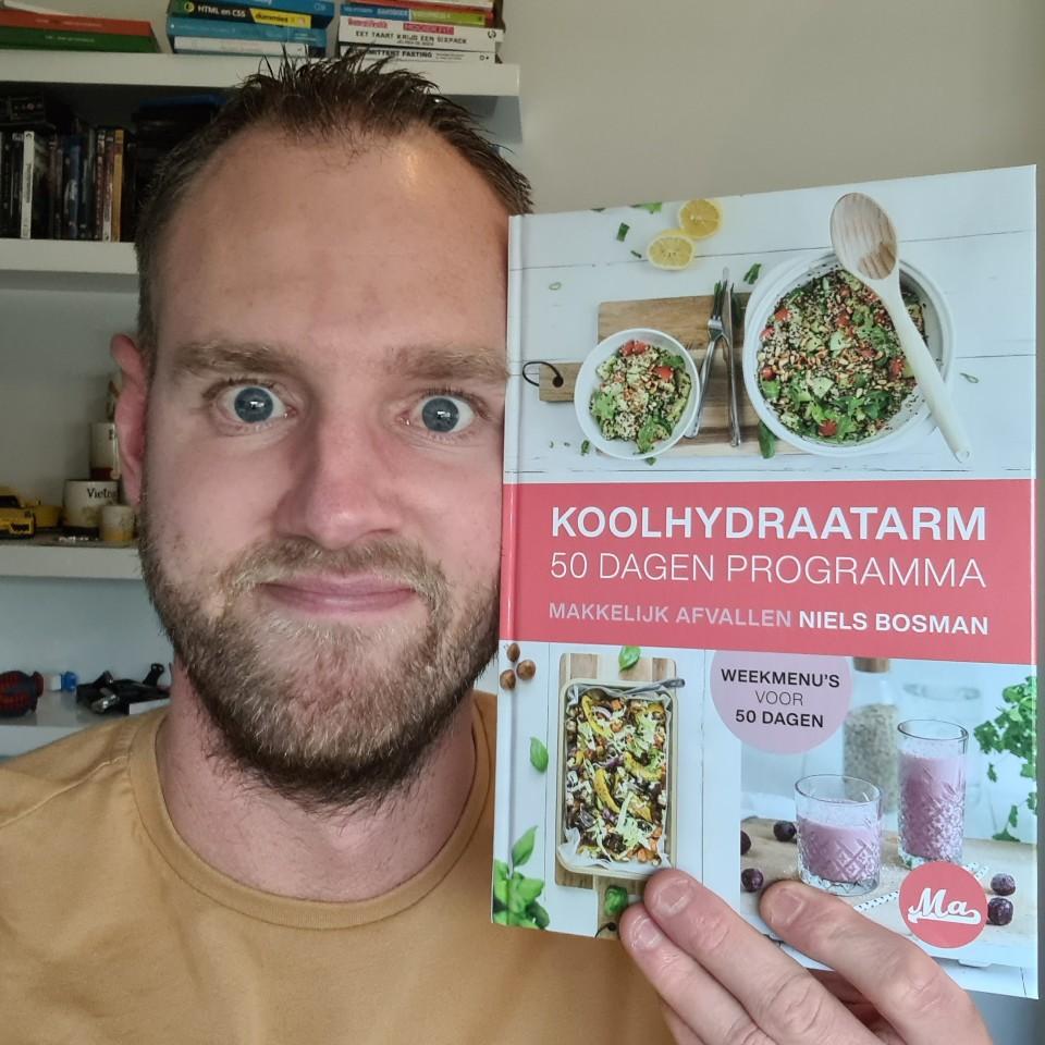 Op deze foto sta ik samen met het Koolhydraatarm 50 Dagen Programma fysieke Boek