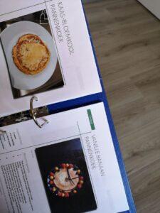 Op deze foto zie je als voorbeeld 2 recepten uit het Koolhydraatarm 50 dagen programma