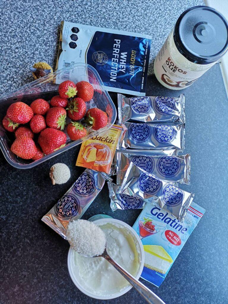 Op deze foto zie je de ingrediënten van de Oreo Cheesecake met Aardbeien en Whey