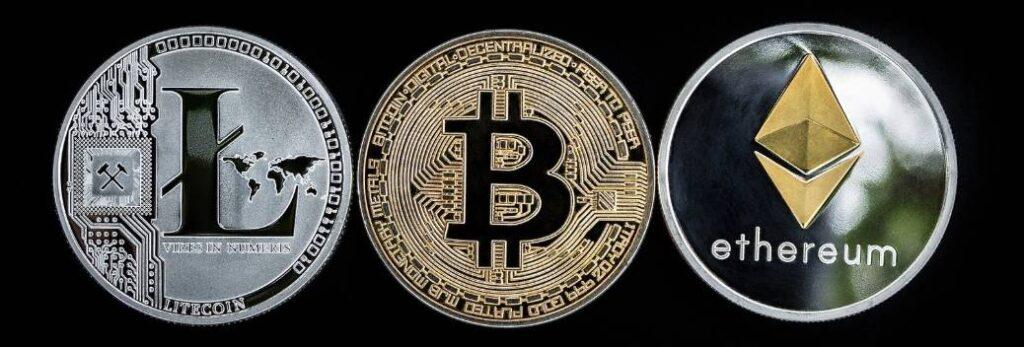 Op deze foto zie je een voorbeeld van 3 cryptomunten